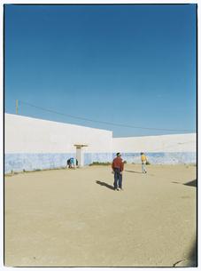 草野球する3人の外国人 メクネス モロッコの写真素材 [FYI03867704]