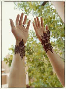 結婚式用の花嫁のボディペインティング マラケッシュ モロッコの写真素材 [FYI03867705]