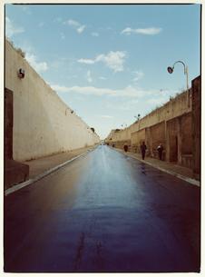 塀のある道路と空の風景 メクネス モロッコの写真素材 [FYI03867706]