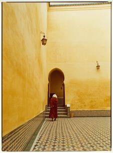 グランモスクの中を歩く外国人の女性 メクネス モロッコの写真素材 [FYI03867711]