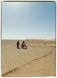 オートバイと2人 メルズーガ モロッコの写真素材 [FYI03867716]
