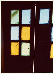 ドアの色ガラスの写真素材 [FYI03867721]