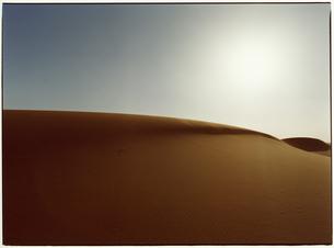 サハラ砂漠と太陽 モロッコの写真素材 [FYI03867724]