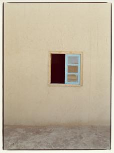 水色の窓    サハラ メルズーガ モロッコの写真素材 [FYI03867726]