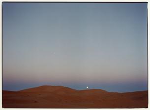 サハラ砂漠と朝の月 モロッコの写真素材 [FYI03867727]