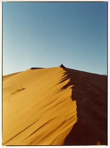 サハラ砂漠を歩く人物   メルズーガ モロッコの写真素材 [FYI03867729]