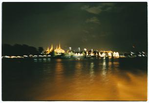 ライトアップされた寺院の夜景 ワットポー バンコク タイの写真素材 [FYI03867730]
