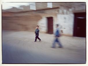 お面をかぶる外国人の男の子  カスバ街道 モロッコの写真素材 [FYI03867741]