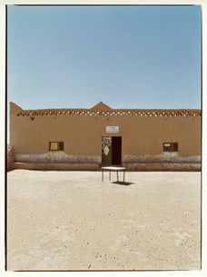 建物の前の机   メルズーガ モロッコの写真素材 [FYI03867743]