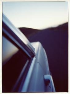 カスバ街道を走る自動車 モロッコの写真素材 [FYI03867745]