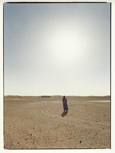 外国人の男性と太陽の光 メルズーガ モロッコの写真素材 [FYI03867750]