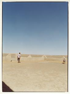 青空と外国人男性と壷 ラバト モロッコの写真素材 [FYI03867751]
