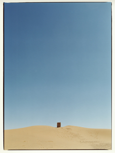 サハラ砂漠に置かれたドラム缶 モロッコの写真素材 [FYI03867755]