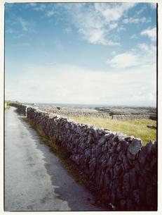 海へ続く石垣の道 イニシューマン島 アラン諸島 アイルランドの写真素材 [FYI03867772]