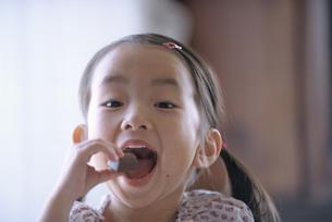 オヤツを食べる日本人の女の子の写真素材 [FYI03867957]