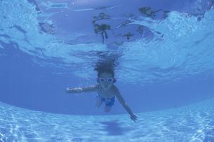 泳ぐ日本人の男の子 水中撮影の写真素材 [FYI03867986]