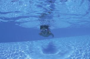 泳ぐ日本人の男の子の写真素材 [FYI03867988]