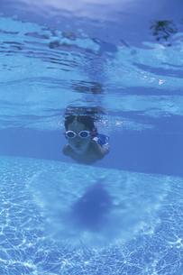 泳ぐ日本人の男の子の写真素材 [FYI03867989]