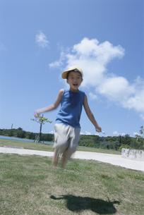 縄跳びであそぶ日本人の男の子の写真素材 [FYI03868024]