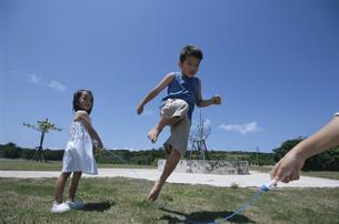 公園で縄跳びをする日本人の男の子と女の子の写真素材 [FYI03868027]