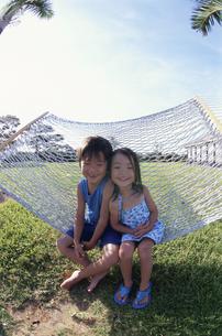 ハンモックに座る男の子と女の子の兄弟 日本人 小浜島 沖縄県の写真素材 [FYI03868054]