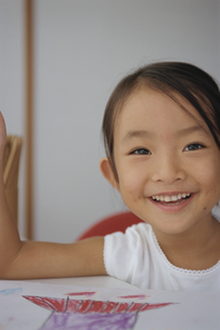 お絵描きをする日本人の女の子の写真素材 [FYI03868072]