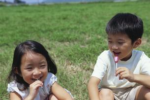 キャンディーを舐める男の子と女の子 日本人の写真素材 [FYI03868075]