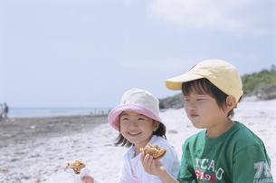 ハンバーガーを食べる男の子と女の子の写真素材 [FYI03868104]