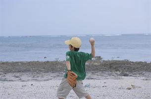 キャッチボールをしている男の子の写真素材 [FYI03868119]