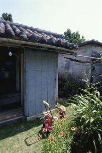 赤瓦屋根の民家の写真素材 [FYI03868144]