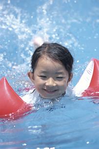 プールで泳ぐ女の子の写真素材 [FYI03868155]