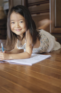 お絵かきをする女の子の写真素材 [FYI03868178]