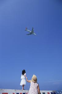 飛行機を見つめる親子の写真素材 [FYI03868191]