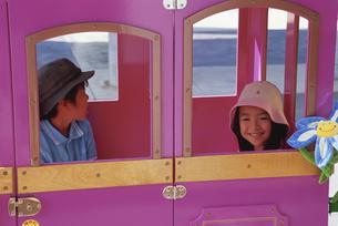 乗り物に乗る子供の写真素材 [FYI03868192]