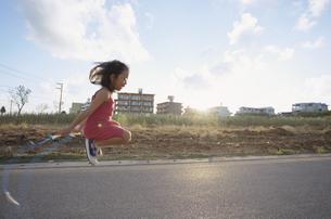 なわとびをする女の子の写真素材 [FYI03868196]