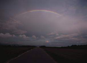 虹が架かる夕焼けの空の写真素材 [FYI03868241]