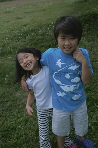 肩を組む男の子と女の子の写真素材 [FYI03868443]