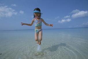 ジャンプをする女の子の写真素材 [FYI03868449]