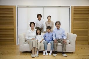 ソファに座る3世代家族の写真素材 [FYI03868461]