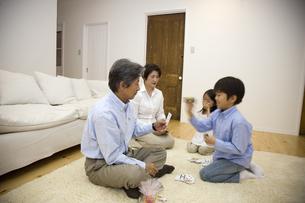 リビングでトランプをする子供と祖父母の写真素材 [FYI03868471]