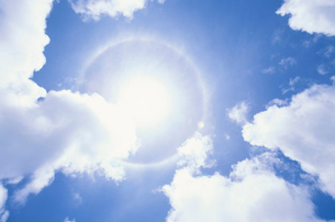 太陽の光と雲の写真素材 [FYI03868477]