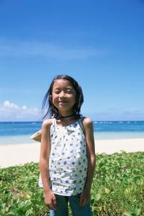 ビーチを背に立つ女の子の写真素材 [FYI03868502]