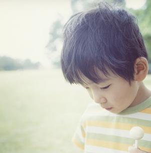 公園でうつむく日本人の男の子の写真素材 [FYI03868541]