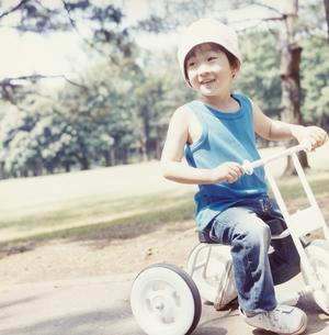 三輪車に乗る日本人の男の子の写真素材 [FYI03868542]