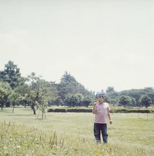 お菓子を食べる日本人の男の子の写真素材 [FYI03868544]