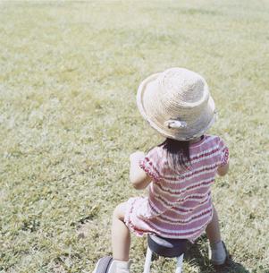 三輪車に乗る日本人の女の子の後姿の写真素材 [FYI03868556]