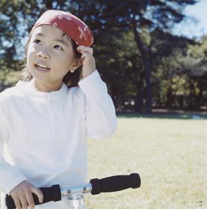 公園で遊ぶバンダナを巻いた日本人の女の子の写真素材 [FYI03868577]