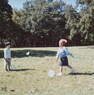 バトミントンする男の子と女の子 日本人の写真素材 [FYI03868580]