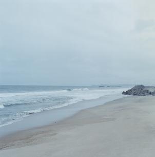 打ち寄せる波の写真素材 [FYI03868581]