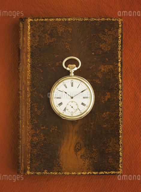 洋書の上の懐中時計の写真素材 [FYI03868797]